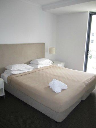 Swell Resort Burleigh Beach: Master bedroom with TV & patio doors