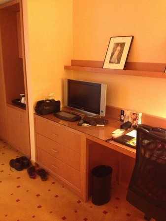 Courtyard by Marriott Vienna Schoenbrunn: LCD TV on work desk