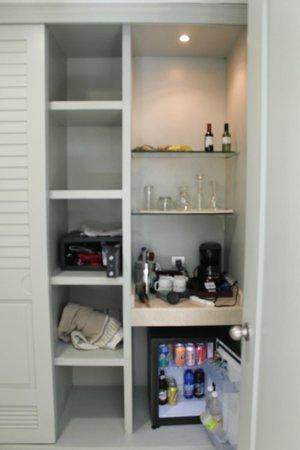 Iberostar Grand Hotel Bavaro: Half of closet - shelves and safe