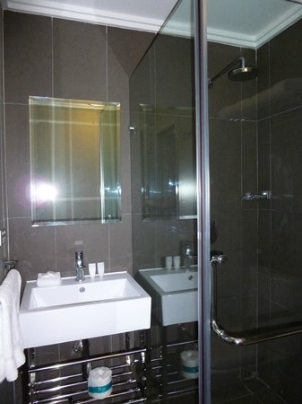 The Bayswater Sydney: Bathroom could be brighter