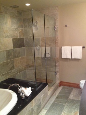Nita Lake Lodge: Fantastic tile and relaxing walk in shower and soaker tub combination