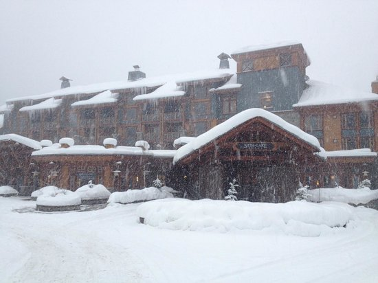 Nita Lake Lodge: Front of the property - 20 cm of new snow fell in just 48 hours