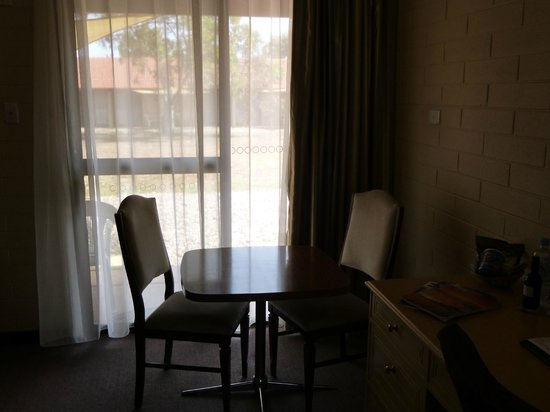 BEST WESTERN Alexander Motel Whyalla : Table for 2 looking out through sliding door to verandah