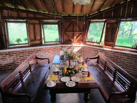 """Villa Sumbing Indah: """"séjour"""" de la suite et ses vues sur l'extérieur"""