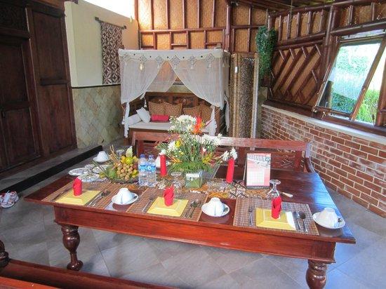 Villa Sumbing Indah: Petit déjeuner dans le séjour de la suite