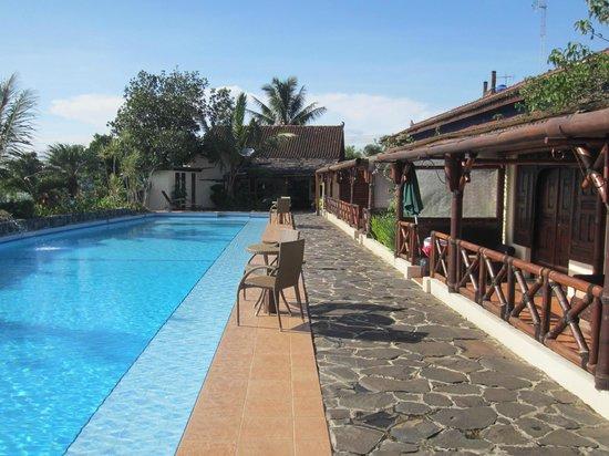 Villa Sumbing Indah: Les chambres bordent la piscine