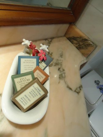 Le Petit Hotel: Spotless Bathrooms - with lovely toiletries provided