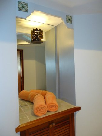 ‪‪Le Petit Hotel‬: Entryway - with the plush towels that LePetit provides