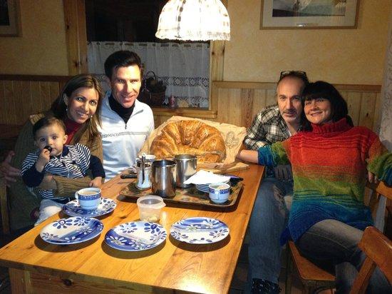 Xalet Refugi Pere Carné: Disfrutando de una rica tarde con los duenos.