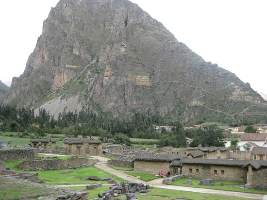 Ollantaytambo-templet: View of granaries from the ruins