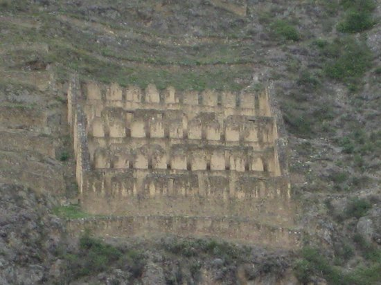 Ναός Ollantaytambo: Close-up of granaries on hills across from ruins