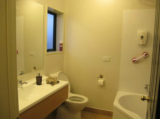 Aspen Court Motel - Twizel: Comfortable bathroom