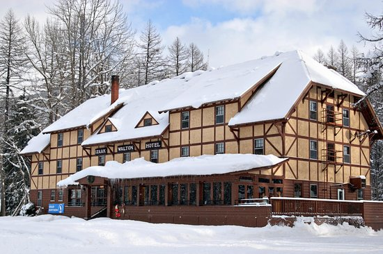 Izaak Walton Inn: Snowy and cozy