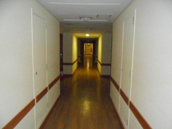 Mega Polo Hotel: Corredor dos quartos