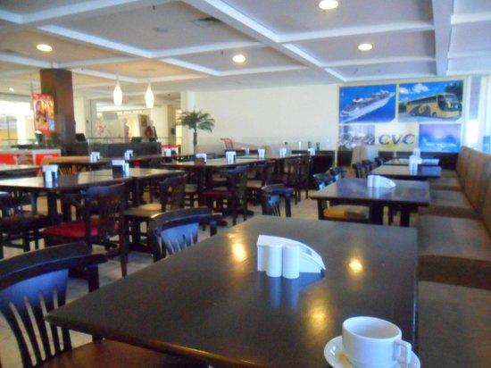 Mega Polo Hotel: restaurante limpo e arejado