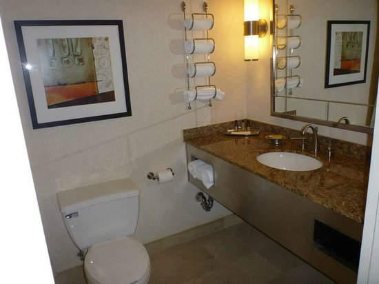 New York Marriott Marquis : Bathroom with marble counter-tops