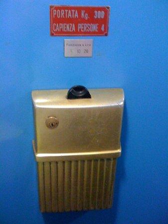 Bed & Breakfast Testaccio: antiguo sistema de monedas para utilizar el elevador