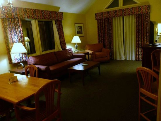 Best Western Inn & Suites Rutland-Killington: Living room with king sofa bed