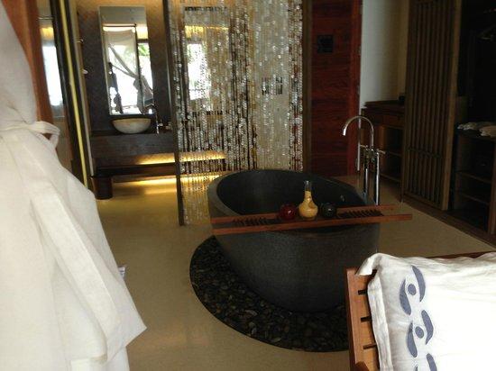 Hansar Samui Resort: 部屋中央にバスタブ