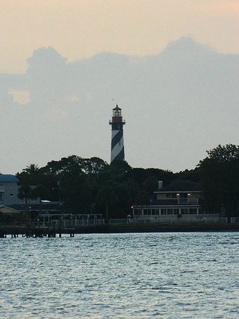 Bayfront Westcott House Bed & Breakfast: Sunrise with Lighthouse