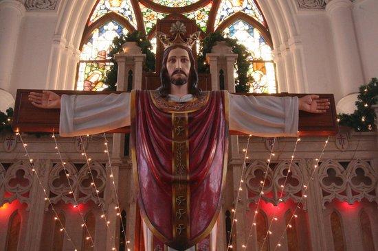 San Thome Church : crocefisso con paramenti!