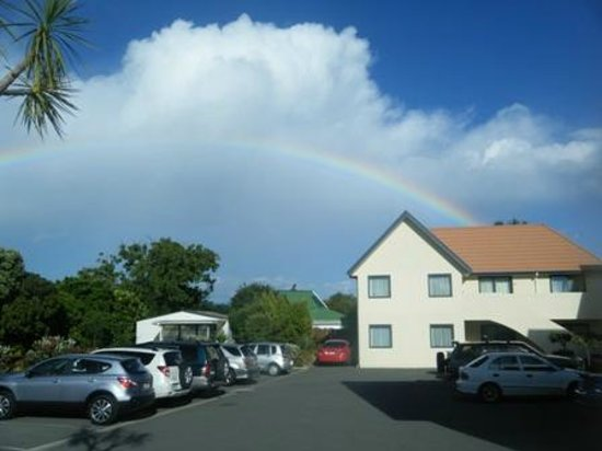 Bella Vista Motel Kaikoura: carpark rainbow