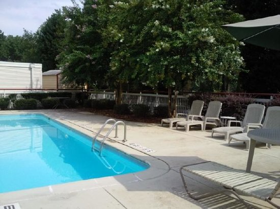 Econo Lodge Inn & Suites Charlotte Airport: Poolside