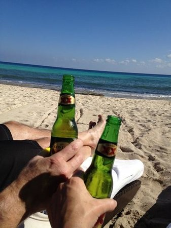 Le Reve Hotel & Spa: cheers! on the beach