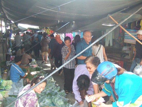 Maeklong Railway Market (Talad Rom Hub): shoppers@market