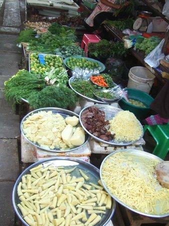 Pasar Rel Kereta Maeklong (Talad Rom Hub): selling vegetables