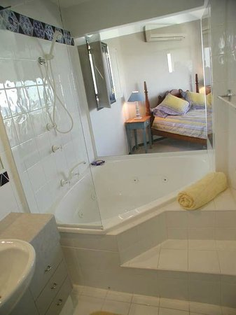 Marcus Beach, Australië: Beach House Master Ensuite with Spa