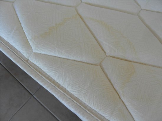 Cinco Plazas: Mattress well stained!
