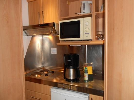 Marina Suites: Kitchen ( handy welcome pack!)