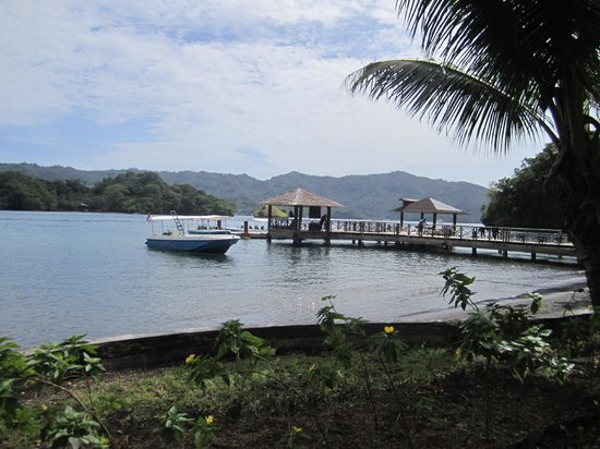 Kungkungan Bay Resort: Dive boats on jetty