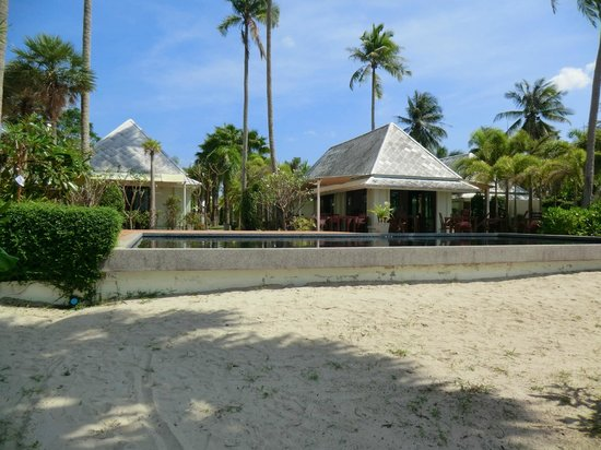 The Beach Boutique Resort:                   Blick vom Strand auf Pool, Restaurant