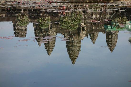 معبد أنغكور وات: 水面に映るアンコールワット 