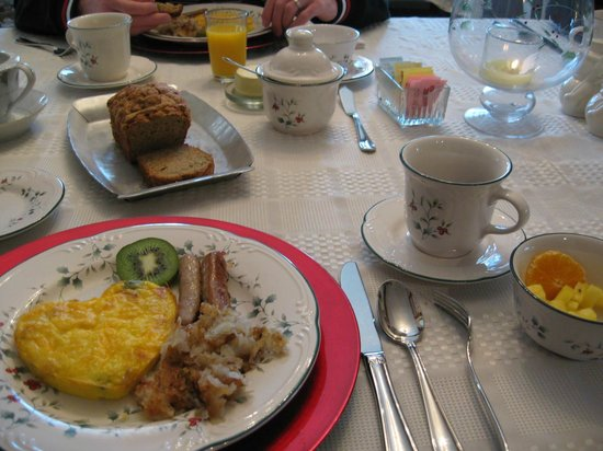 The Australian Walkabout Inn Bed & Breakfast: Pumpkin bread, frittata, sausages, hashbrown