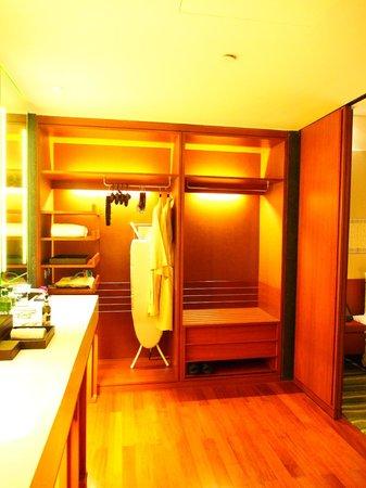 Hansar Bangkok Hotel: Dressing