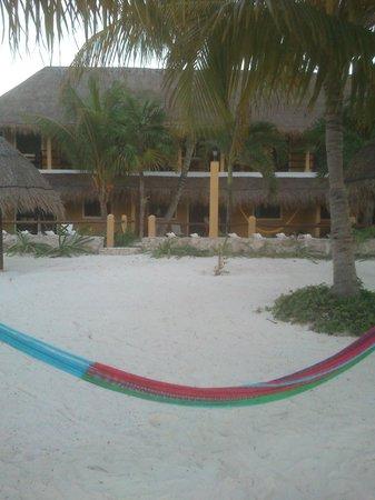 Amaité Hotel & Spa: Från stranden mot hotellet