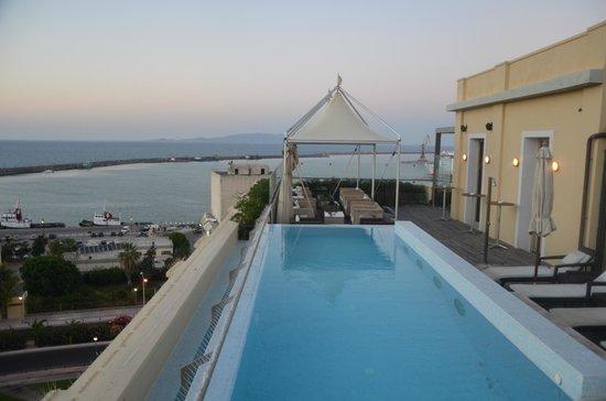 GDM Megaron Hotel: La piscine petite, et les abords laissent à désirer