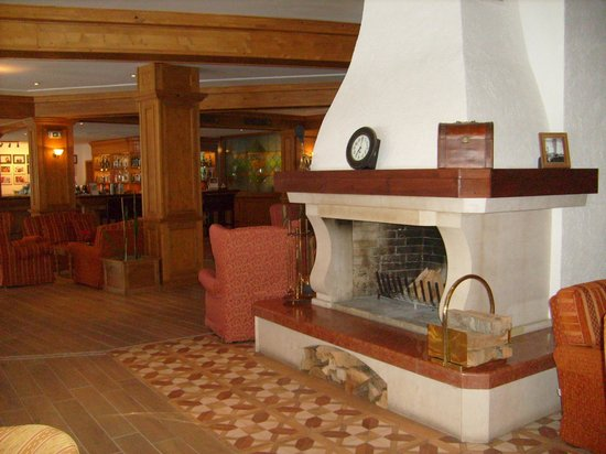 Kempinski Hotel Grand Arena : fireplace
