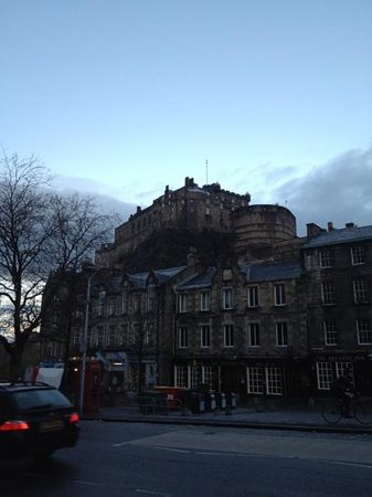 Apex Grassmarket Hotel: Castle view from front entrance