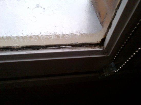 Hotel Monet: Humidité le long de la fenêtre