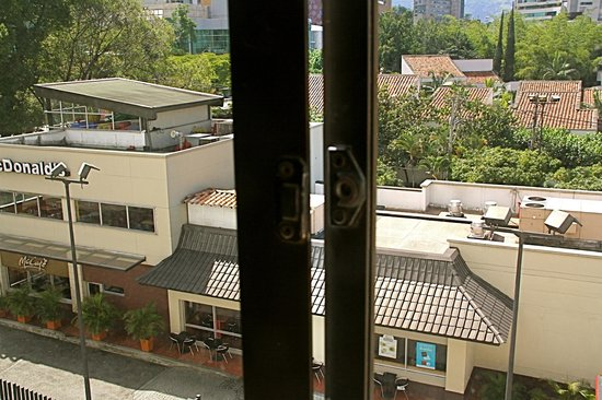 Hotel Poblado Plaza: Broken window in the room
