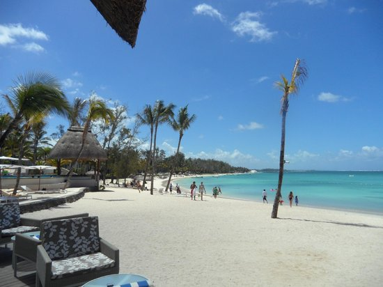 Ambre Resort - All Inclusive: Strand vor dem Poolbereich