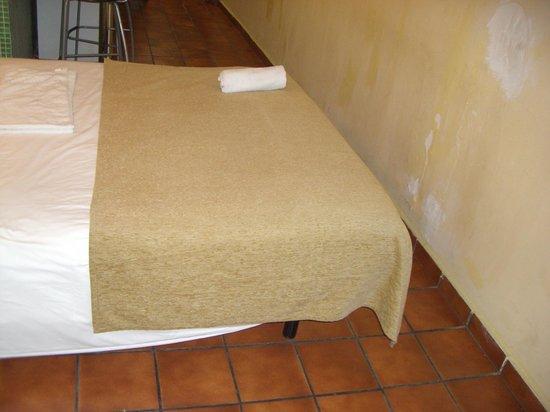 """AinB Las Ramblas-Guardia: Кровать с видом на """"красивые"""" стены"""