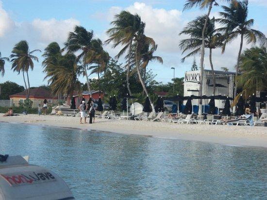 Talk of the Town Hotel & Beach Club: Praia em frente ao Hotel