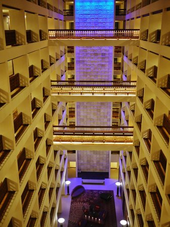 Cinnamon Grand Colombo: Impressive foyer.