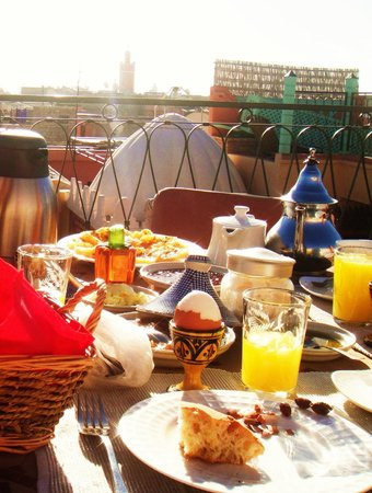 Riad Aicha Marrakech: Breakfast on rooftop