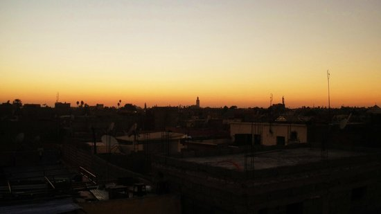 Riad Aicha Marrakech: Sunset view from roof